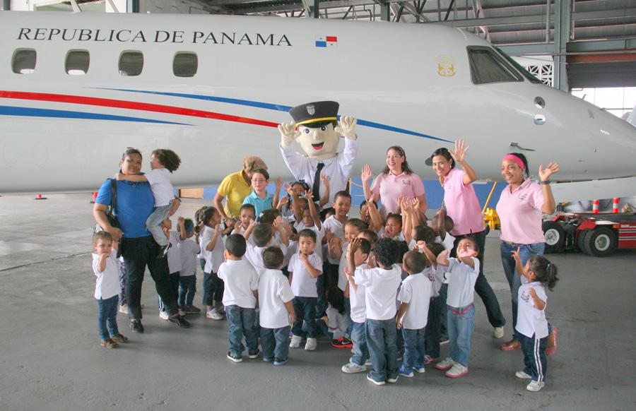 Niños fascinados al visitar avión presidencial