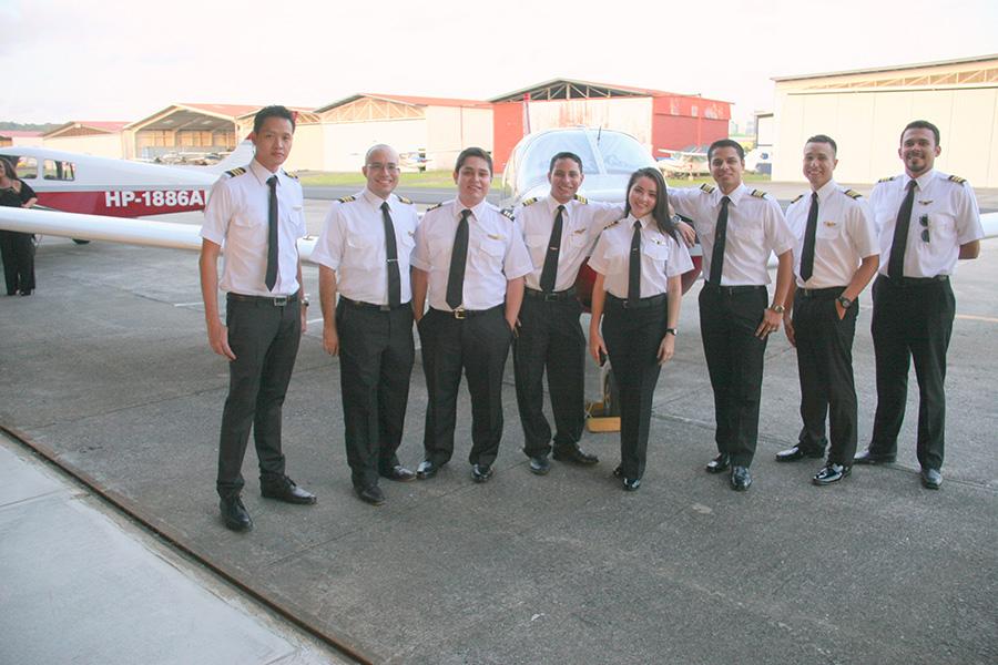 10 jóvenes panameños se gradúan de pilotos