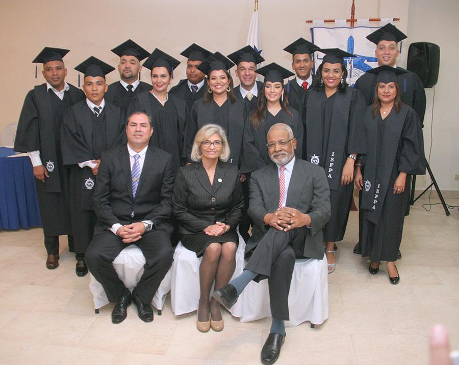 AAC Gradúa 13 nuevos profesionales de la Aviación