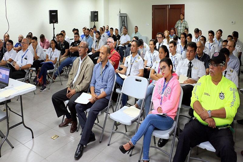 Futuros pilotos visitan las instalaciones de la Autoridad Aeronáutica Civil de Panamá