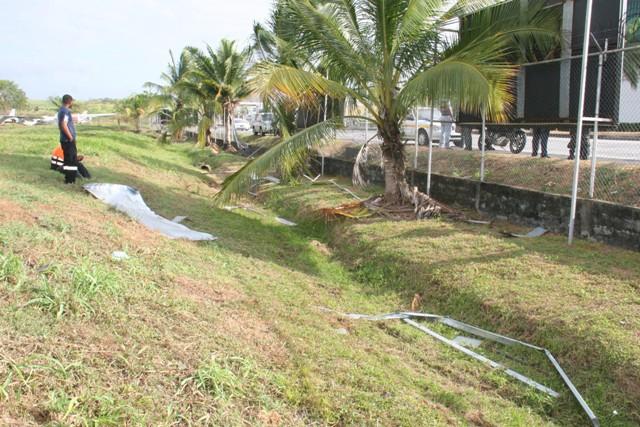 Camión colisiona y derriba tramo de cerca del aeropuerto Marcos A. Gelabert.