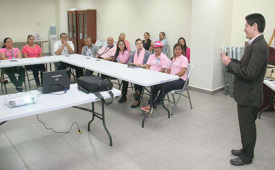 Funcionarios de la AAC participan de charla sobre