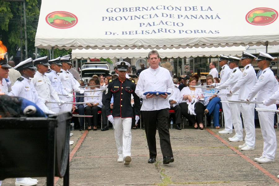 Director de la AAC participa en cremación de banderas