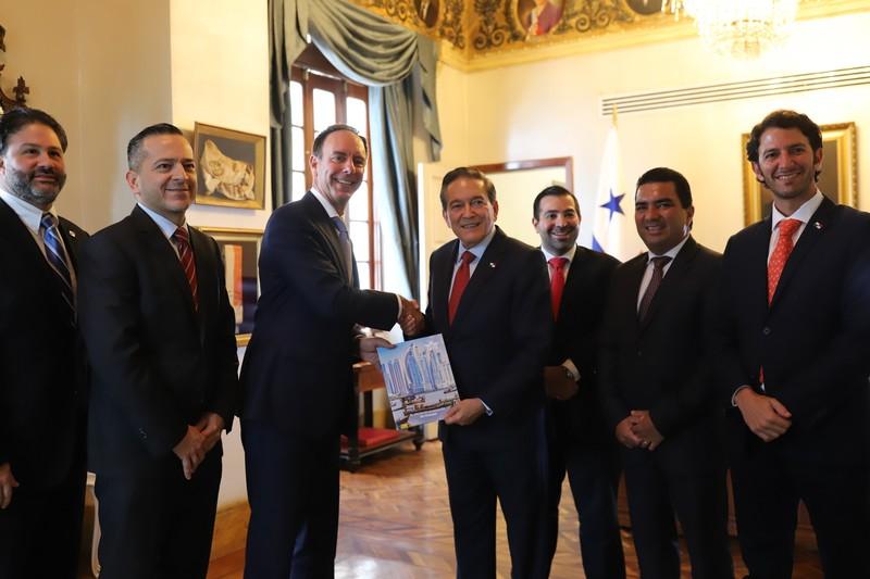 """IATA entrega informe al Presidente de la República, Laurentino Cortizo sobre """"El Valor de la Aviación en Panamá""""."""